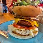 Linda McCartney burger  z wegańskim sosem majonezowo czosnkowym w zestawie z frytkami belgijskimi i sałatką coleslaw