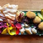 Deska kiszonek z hummusem, falafelem i focaccią