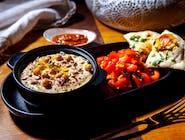 Humus cu Harissa și salată de roșii
