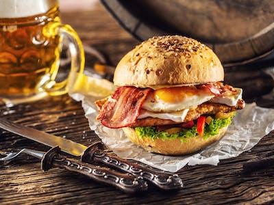 Kurací burger s grilovanou slaninkou