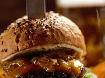 Hovädzí burger s karamelizovanou cibuľkou