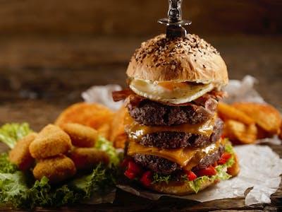 Mega trojitý hovädzí burger so syrovými trojuholmíkmi