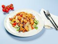 Sałatka z grillowanym kurczakiem, mix sałat, pomidory, ogórki, krążki cebuli czerwonej, papryka, sos winegret, grana padano