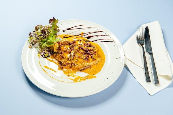 Grillowany filet z kurczaka z sosem z suszonych pomidorów, ziemniaki puree, mix sałat
