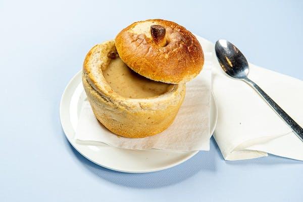 Krem grzybowy z łazankami w chlebie