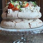 Orzechowy tort bezowy z kremem Oreo, domową konfiturą z wiśni i świeżymi truskawkami, cena za tort  120 zł ok 1,5 kg tort dla 12 osób