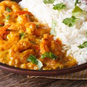 Krewetki w curry z ryżem