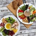 Fresh talíř s kuřecím, saláty, ořechy a dresingem