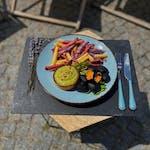 3barevné hranolky z Peru, černé  čedarove uhlíky a avokádová majonéza
