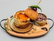 Ciorbă de fasole cu costiță în pâine și salată de ceapă roșie
