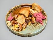 Ouă alergate cu carne de la garniță, murături și pâine prăjită