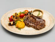 Antricot de vită de Brazilia la grătar, cartofi aurii, legume coapte, sos