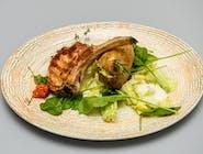 Cotlet Haiducesc la grătar, cartof umplut cu brânză și salată verde mixtă
