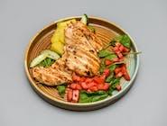 Piept de pui la grătar, cartofi aromatizați, salată mixtă și cuburi de roșii