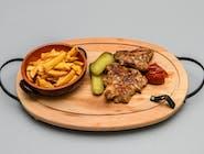 Ceafă de porc la grătar, cartofi prăjiți și murături