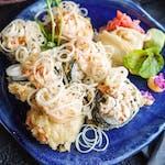 Sałatka z krabów i krewetek w tempurze