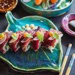 Uramaki z krewetką w tempurze i wołowiną na górze
