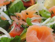 Sałatka z łososiem        i kozim serem