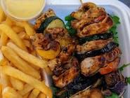 Szaszłyki Drobiowe z chorizo i warzywami + dip sriracha z Frytkami belgijskimi