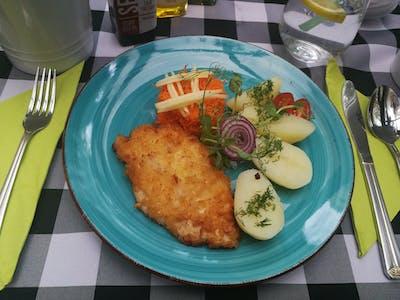 Filecik z polędwiczki kurczaka z ziemniakami gotowanymi z masłem i koperkiem