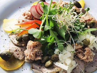 Carpaccio z polędwiczki wieprzowej z tuńczykiem 120g+dodatki, masło, bagietka