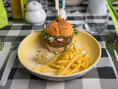 Burger z mięsem wołowym z frytkami 200g