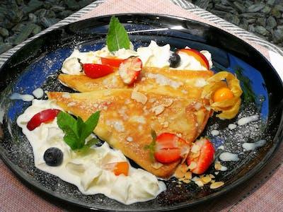 Naleśniki z truskawkami, serkiem Mascarpone i jogurtowym sosem miętowym