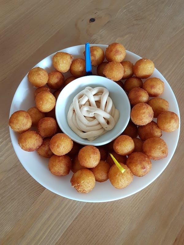Kuleczki ziemniaczane z sosem serowym