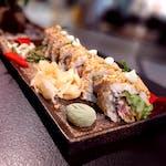 Uramaki-Maguro tempura w prażonych orzechach