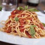 Špagety pomodoro sypané sýrem