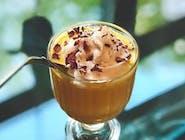 Milkshake mango lassi z bitą śmietaną kokosową