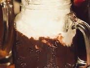 Wegańska gorąca czekolada z bitą śmietaną kokosową