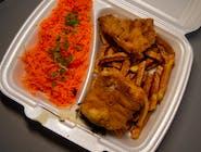 Fileciki z kurczaka w panierce, domowe frytki z ketchupem, surówka
