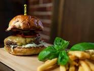 """Burger """"Klasyk"""" (chrupiąca bułka, 100% wołowiny, ser cheddar, cebula czerwona, pomidor, ogórek korniszony, musztarda, ketchup) Swojskie frytki"""