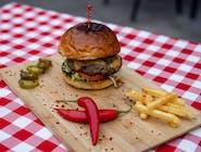 """Burger """" Czort""""  ( chrupiąca bułka,  100% wołowiny, papryczki jalepeno, ser chedar, pomidor, sałata lodowa, ostry sos) Swojskie frytki"""