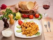 Gyros de pui cu cartofi prăjiți și sos tzatziki