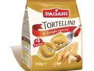 TORTELLINI Z GRZYBAMI 250g - Makaron jajeczny z mąki durum z serem i borowikami Gotowy w 14 minut  Nie zawiera substancji konserwujących.  Klasyczna odmiana nadziewanych tortellini, wzbogacona dodatkiem borowików. Dzięki szczególnej obróbce naturalnej, jaką jest suszenie, tortellini Pagani mogą być przechowywane przez długi okres (12 m-cy). Tortellini Pagani charakteryzują się świetną wydajnością podczas gotowania – prawie trzykrotnie zwiększają masę.