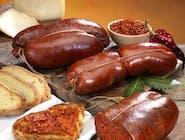 NDUJA DI SPILINGA PIKANTNA ok 400g - Włoska 'Nduja di Spilinga' to tradycyjny, bardzo pikantny specjał z regionu Kalabria, który produkowany jest z ostrej papryczki i drobno mielonych tłustych części mięsa wieprzowego. Cechuje się miękką konsystencję, przez co idealnie nadaje się do smarowania ciepłych grzanek i pieczywa. Może być używana  jako dodatek do pizzy.
