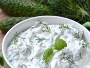 Tzatziki to popularny grecki dip składający się przede wszystkim z jogurtu, czosnku i ogórka oraz bazylii lub mięty.