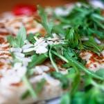 3. Tempeh marynowany, ser wegański, pieczarki, pomidor, rukola, sos pomidorowy