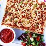 2. Kurczak w przyprawach, suszone pomidory, pesto bazyliowe, mozzarella, rukola, sos