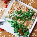 3. Szpinak świeży, suszone pomidory, pesto bazyliowe, mozzarella, jajko sadzone, sos