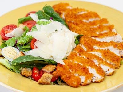Salată Caesar cu piept de pui crocant
