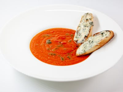 Supă cremă de roşii cu sirop de busuioc
