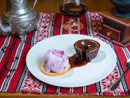 Lava cake cu inghetata de fructe de padure