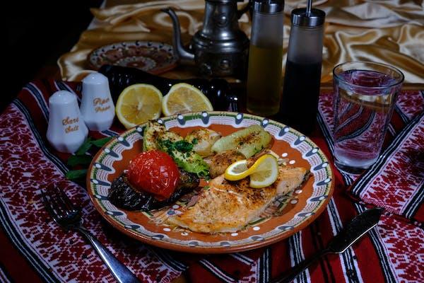 File de somon la grătar cu legume la grătar și lămâie