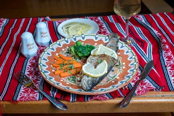 Pastrav la gratar cu morcovi vichy, broccoli si lamaie