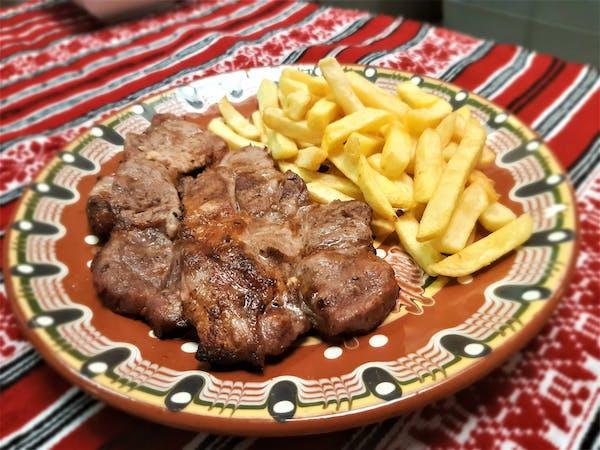 Ceafă de porc marinată, la grătar cu cartofi prăjiți