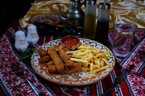 Gujoane de pui cu cartofi prăjiți și sos roșu