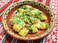 Cartofi prăjiți cu jumări, smântână, cimbru și ceapă roșie